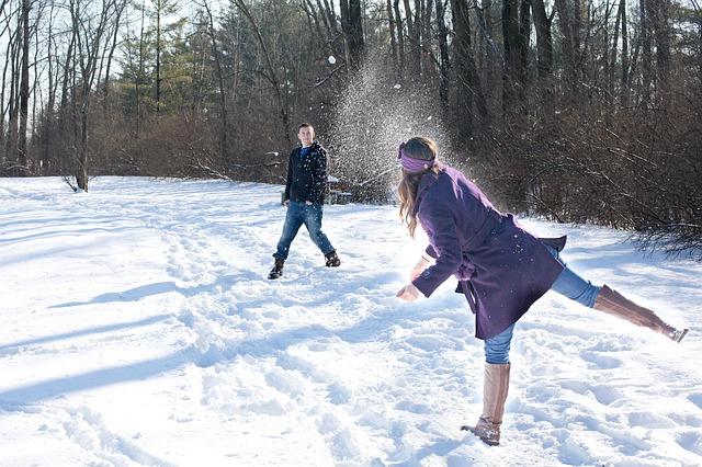 snowball-fight-578445_640